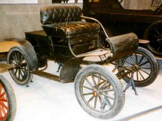 Oldsmobile_Curved_Dash_Runabout_1902.jpg by Freebase